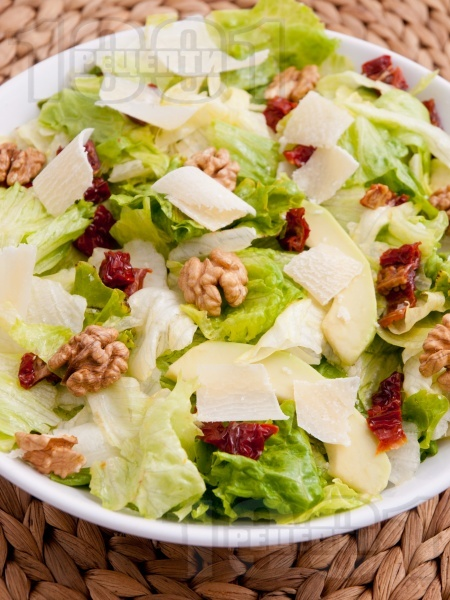 Здравословна зелена салата айсберг с орехи, сушени домати, авокадо и сирене пармезан (или кашкавал) - снимка на рецептата